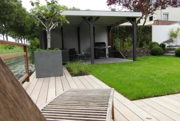 1 modern-tuinontwerp-gras-gazn-overkapping-buitenverblijf-hillhout-grijs-antraciet-vlonder-die-niet-glad-wordt-garappa-houten-vlonder-vijg-in-bak-klein-boompje-in-bloembak-loungeset