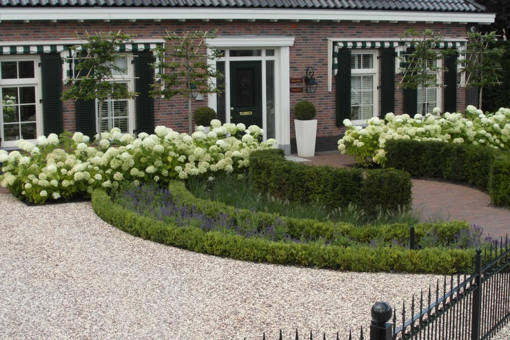 landelijke-tuin-ronde-vormen-voortuin-grind-brede-oprit-tuinhek ...