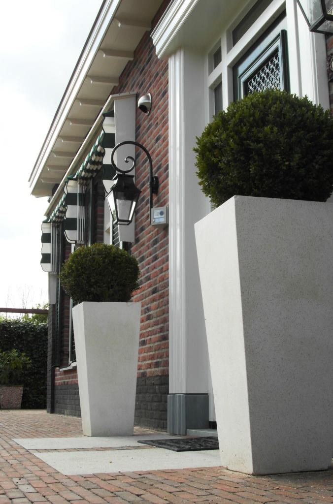 Stijlvolle tuin bij notariswoning rhoon hoveniersbedrijf for Ontwerp voortuin met parkeerplaats
