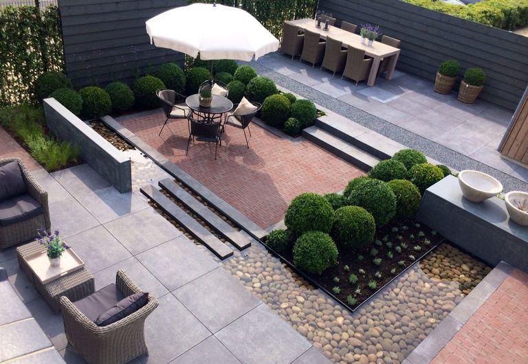 niveauverschil-tuin-moderne-tuin-ondiepe-vijver-buxuswolken-wintegroen ...