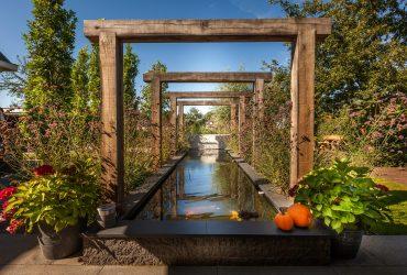 Sfeervolle tuin aan het water rondom vrijstaande woning te Goudswaard