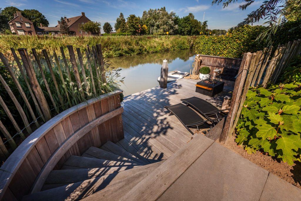 Sfeervolle tuin aan het water in goudswaard hoveniersbedrijf tim kok