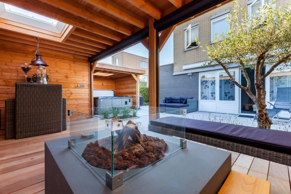 Luxe lounge tuin met riant buitenverblijf sfeervol ingericht in Spijkenisse